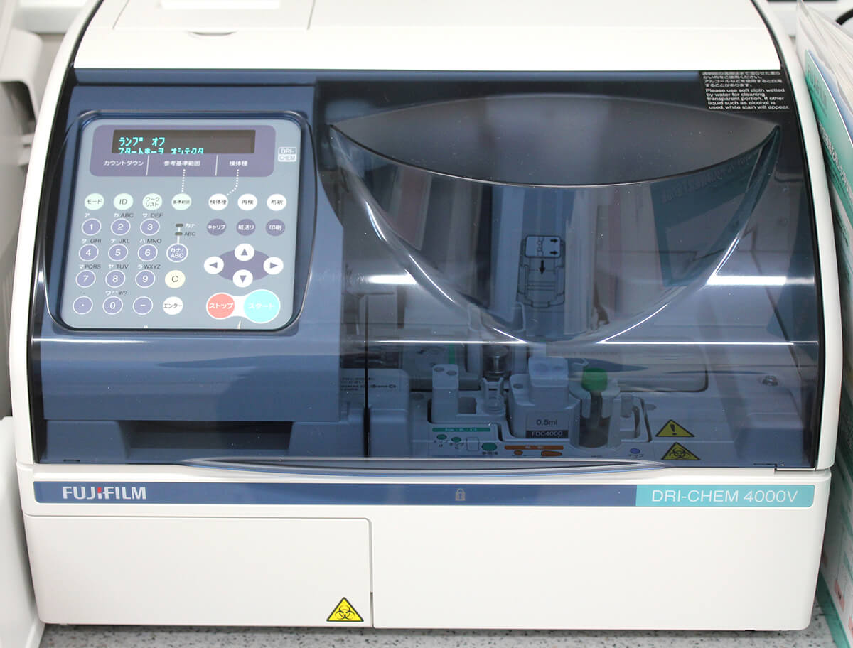 【生化学自動分析装置】血液化学検査機器です。肝臓、腎臓、膵臓の情報や、炎症、代謝疾患などをスクリーニングします。