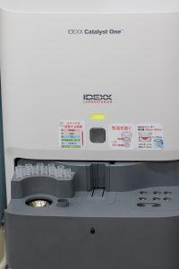 【生化学自動分析装置:Catalyst】血液化学検査機器です。肝臓、腎臓、膵臓の情報や、炎症、代謝疾患などをスクリーニングします。