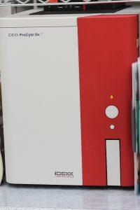 【全自動血球計算器:ProCyte】白血球や赤血球、血小板を計測します。2分で結果が出ます。